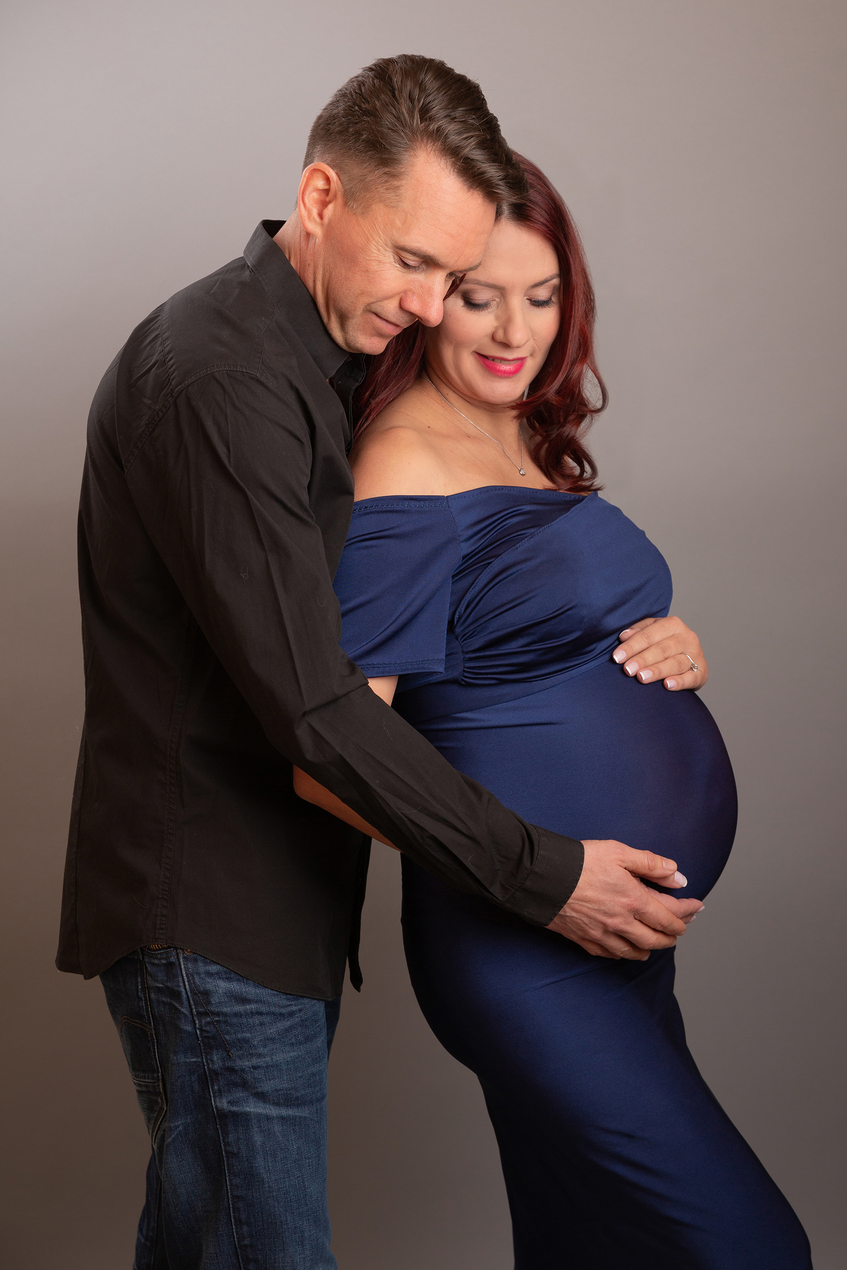 pregnant ladt in blue dress with her husband